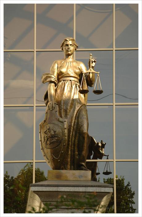 Статуя Фемиды на здании Верховного Суда РФ