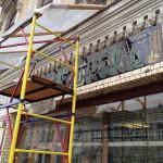 Реставрация вывески на Покровке продолжается