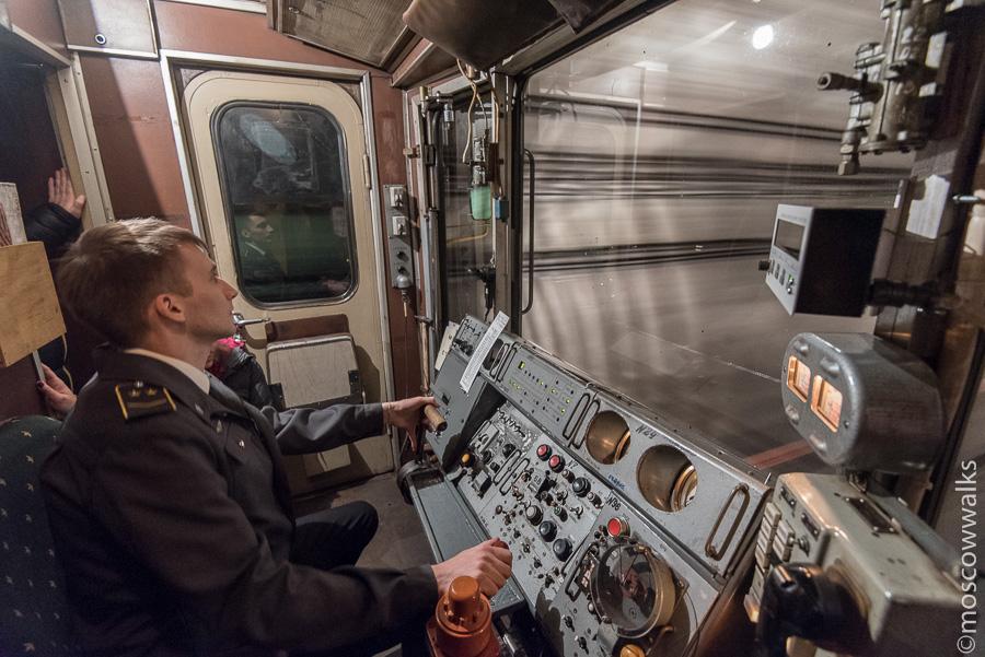 Машинист метро в кабине