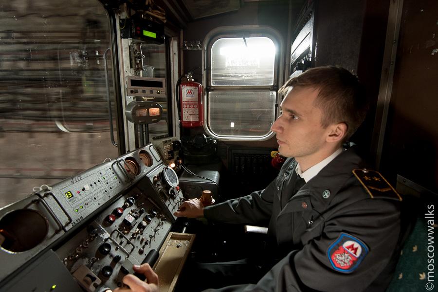 Машинист в кабине номерного вагона