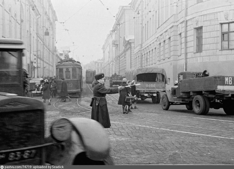 493933 03.11.1945 Регулировщица на улице Москвы. Анатолий Гаранин/РИА Новости