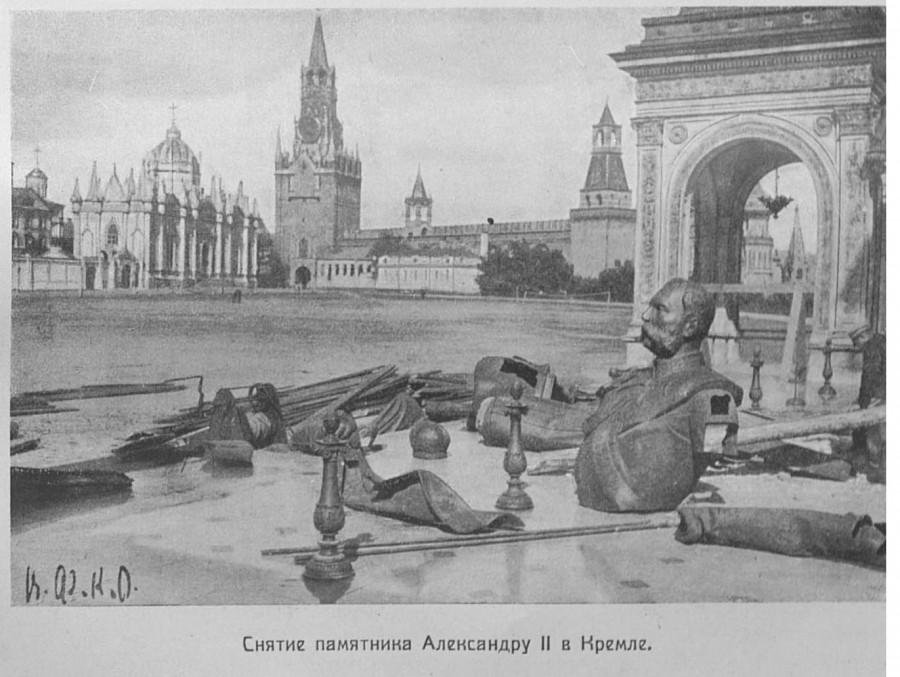 41219 Снятие памятника Александру II в Кремле